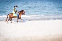 Hästryttare på Hua Hin Beach, Thailand Arkivfoton