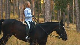 Hästryttareflicka som rider nära skog stock video