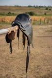 Hästsadel på det lantliga staketet Royaltyfria Bilder