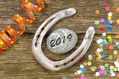 Hästsko som amuletten för datumet 2019 för ` s för nytt år arkivfoton