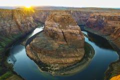 Hästskokrökning, Grand Canyon nationalpark nära P, USA - panoramasolnedgångfärger snöa och övervintra - nedgånghöstfärger - berg arkivbilder