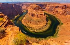 Hästskokrökning i den soliga dagen för sommar, bildande i Coloradofloden royaltyfri bild