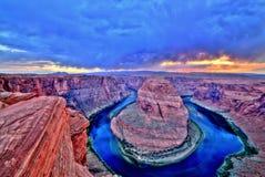 Hästskokrökning på Coloradofloden på solnedgången och molnigt väder, Utah arkivbilder