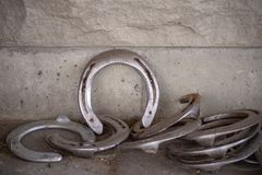 Hästskor mot tegelsten Walll royaltyfria bilder