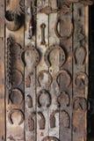 Hästskor och andra metallverktyg på skärm i en hovslagare` s shoppar i den historiska Sherbrooke byn i Nova Scotia royaltyfria bilder