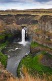 Hästskovattenfall i de steniga bergen royaltyfria bilder