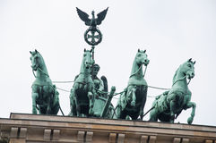 Hästskulptur på den Brandenburg porten Royaltyfria Foton