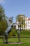 Häststaty framme av den Celle slotten Arkivbilder