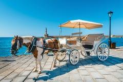 Hästvagn för transportering av turister i gammal port av Chania på Kreta Fotografering för Bildbyråer