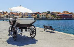 Hästvagn för transportering av turister i gammal port av Chania på Kreta, Grekland Chania är i andra hand - den största staden av Royaltyfri Foto