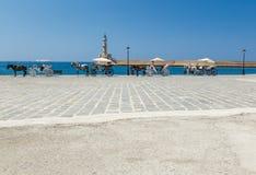 Hästvagn för transportering av turister i gammal port av Chania på Kreta, Grekland Chania är den andra - största staden av Royaltyfri Foto