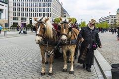 Hästvagn i den Brandenburg porten, Berlin, Tyskland Royaltyfria Foton