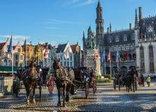 Hästvagn i den härliga Bruges staden, Belgien royaltyfria foton