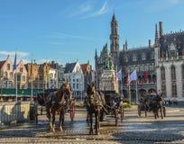 Hästvagn i den härliga Bruges staden, Belgien royaltyfri foto