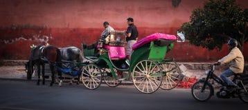 Hästvagn i gatorna av marrakesh Royaltyfri Foto