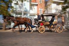 Hästvagn med kusken och handelsresande Arkivbild