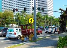 Hästvagn och bilar i Manila royaltyfri fotografi