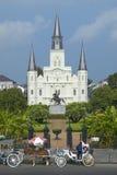 Hästvagn och turister framme av Andrew Jackson Statue & St Louis Cathedral, Jackson Square i New Orleans, Louisiana Royaltyfri Foto