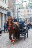 Hästvagn och turister på den Markt fyrkanten av Arkivfoto