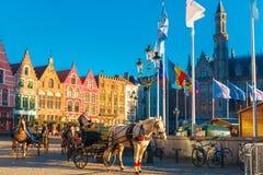 Hästvagn på den Grote Markt fyrkanten av Bruges Royaltyfri Fotografi