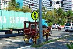 Hästvagn på vägen på Manila royaltyfria foton