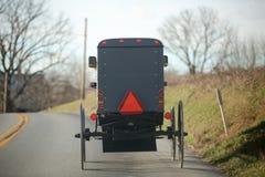Hästvagnbarnvagn i det lancaster pennsylvania amish landet royaltyfri fotografi