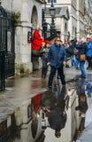 Hästvakten utanför hushållkavalleriuppdelningen i Whitehall omgav vid turister på en kall dag Royaltyfria Bilder