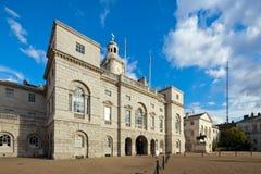 Hästvakter ståtar byggnader, London, UK Arkivfoto