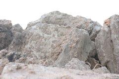 Häufen Sie Boden oder Schmutz mit altem Zement von lokalisierter contruction Straße an stockbild