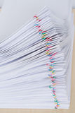 Häufen Sie den Überlastungsdokumenten-Berichtsplatz an, der mit bunter Büroklammer horizontal ist lizenzfreie stockbilder