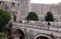 Häufen Sie Flugsteig einen der Eingangstore zur alten ummauerten Stadt von Dubrovnik an Stockfoto