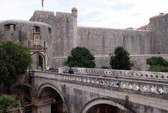 Häufen Sie Flugsteig einen der Eingangstore zur alten ummauerten Stadt von Dubrovnik an Lizenzfreie Stockfotos