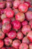 Häufen Sie Granatäpfel im Kasten am Markt an Stockbilder