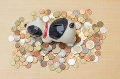 Häufen Sie Münze des thailändischen Baht mit Hündchenbank auf Sperrholzhintergrund und Co an Stockfotografie