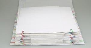 Häufen Sie Papierplatz auf weißer TabellenZeitspanne an stock video