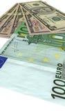 Häufen Sie, verschiedene Dollar, die Euro, die auf Weiß getrennt werden, Stockfotos