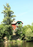 Häuschen über Fluss Lizenzfreies Stockbild