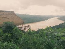 Häuschen über Fluss Stockfoto