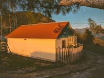 Häuschen auf Bergen lizenzfreie stockbilder