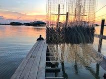 Häuschen auf dem See und Werkzeug fangen Fische Stockfotografie