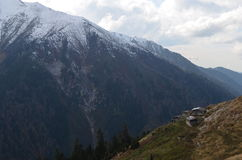 Häuschen auf einem Bergabhang Lizenzfreies Stockfoto