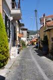 Häuschen auf einer gepflasterten Straße, Kavala, Griechenland lizenzfreies stockfoto