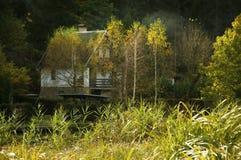 Häuschen auf Flussbank Lizenzfreie Stockfotos