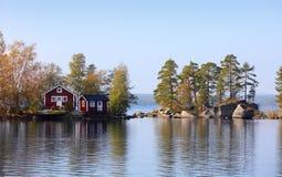 Häuschen auf kleiner Steininsel Lizenzfreie Stockfotografie
