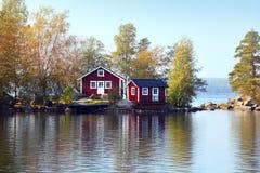 Häuschen auf kleiner Steininsel Lizenzfreie Stockfotos