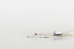 Häuschen auf Winterküste Stockfoto
