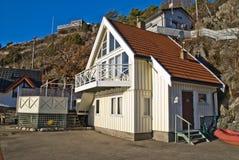 Häuschen aufgebaut nah an dem Bergabhang Lizenzfreies Stockfoto