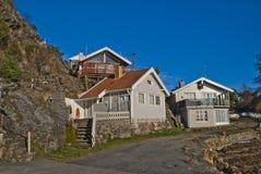 Häuschen aufgebaut nah an dem Bergabhang Lizenzfreie Stockfotos