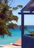 Häuschen, das blauen Ozean übersieht Stockfoto
