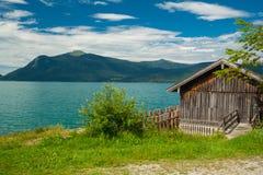 Häuschen in dem See Walchensee Stockbild